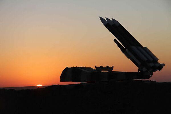 Силуэт зенитной ракетной установки Ирана на закате во время совместных военных учений иранской армии и Корпуса стражей Исламской революции. - Sputnik Армения