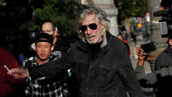 Британский музыкант и один из основателей группы Pink Floyd Роджер Уотерс у здания Федерального суда Манхэттена (1 октября 2021). Нью-Йорк - Sputnik Армения