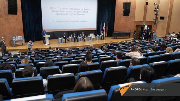 Геополитическая сессия Армения и Россия: императив новой стратегии, посвященная 30-летию государственной независимости Армении (15 октября 2021). Еревaн - Sputnik Армения