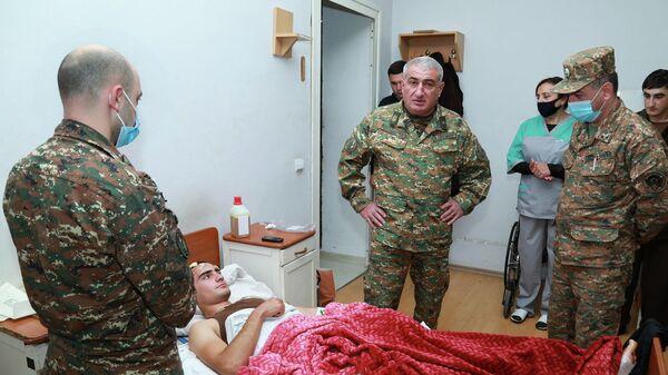 Командующий Армией обороны Карабаха генерал-майор Камо Варданян во время посещения раненых во время пограничного инцидента военнослужащих (16 октября 2021). Степанакерт - Sputnik Армения