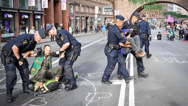 Полиция задерживает климатических активистов из движения Восстание против вымирания (28 августа 2020). Стокгольм - Sputnik Армения