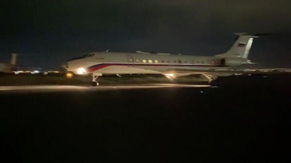 Самолет с пятью армянскими пленными приземлился в ереванском аэропорту Эребуни - Sputnik Армения