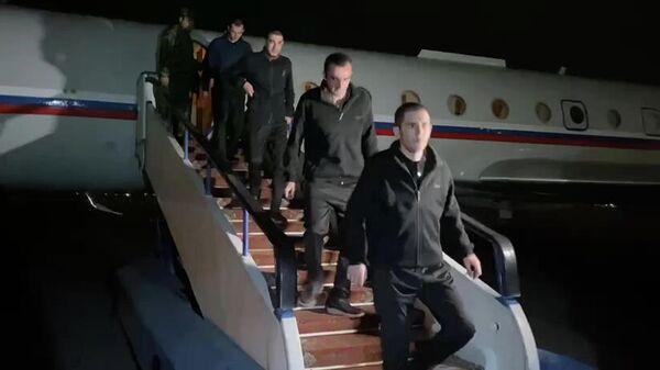В Ереване прилетевших из Баку пленных уже встретили - после сверки имен мужчин отвезли в медцентр - Sputnik Армения