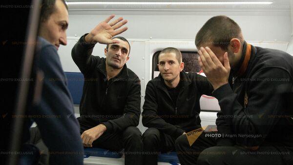Армянские военнопленные вернулись на родину (19 октября 2021). Еревaн - Sputnik Армения