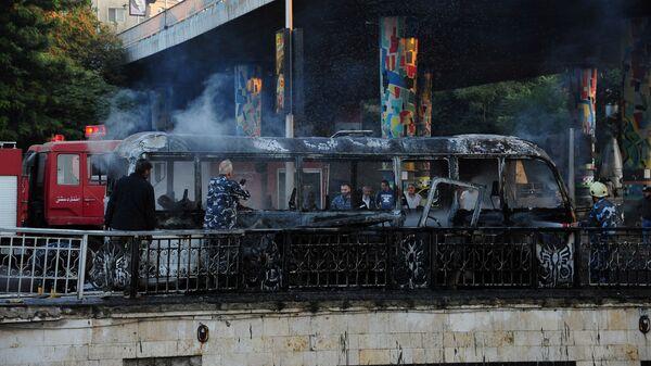 Обгоревший сирийский армейский автобус, который был атакован взрывными устройствами в Дамаске - Sputnik Армения