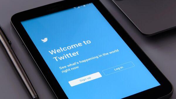 Заставка Twitter на экране смартфона - Sputnik Արմենիա