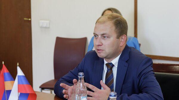 Начальник департамента международной кооперации и лицензирования в сфере внешней торговли Минпромторга РФ Роман Чекушов - Sputnik Армения