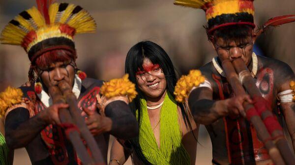 Люди племен Явалапити, Калапало и Мехинако играют на бамбуковых флейтах уруа во время похоронного ритуала Куаруп в память о вожде в парке коренных народов Шингу в Бразилии - Sputnik Армения
