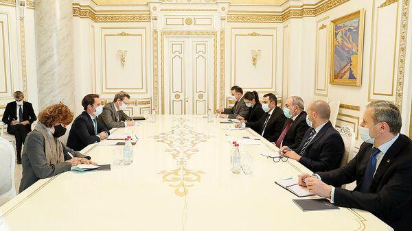 Премьер-министр Никол Пашинян принял специального представителя генерального секретаря НАТО Хавьера Коломину Пирис (21 октября 2021). Еревaн - Sputnik Армения