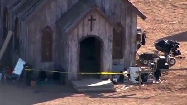 Видео с места трагедии на съемочной площадке в американском штате Нью-Мексико, где погибла оператор и тяжело ранен режиссер - Sputnik Армения