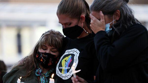 Члены местного кинематографического сообщества оплакивают гибель оператора Хелены Хатчинс, которую застрелил актер Алек Болдуин во время съемок фильма Rust (23 октября 2921). Нью-Мексико - Sputnik Армения