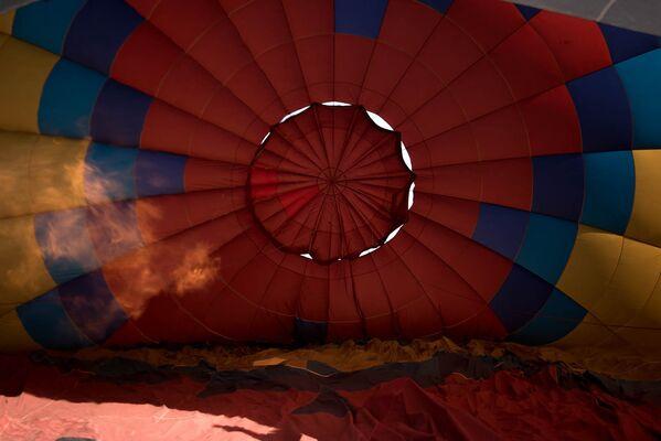 Տաք օդի շիթը պատրաստվում է երկինք բարձրացնել օդապարիկը։ - Sputnik Արմենիա