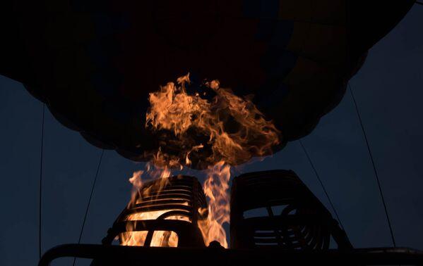 Մթնշաղում կրակը շատ նման է խարույկի, թվում է՝  ինչ-որ բան կճարճատի, և կլսվեն կիթառի հնչյունները։ - Sputnik Արմենիա