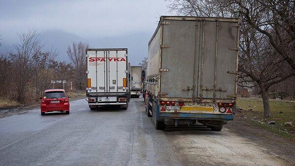 Очередь грузовых автомобилей на Военно-Грузинской дороге. - Sputnik Армения