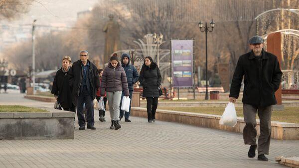 Прохожие в сквере Хачкаров - Sputnik Армения