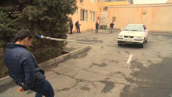 16-летняя армянская спортсменка тянет автомобиль с помощью волос - Sputnik Արմենիա