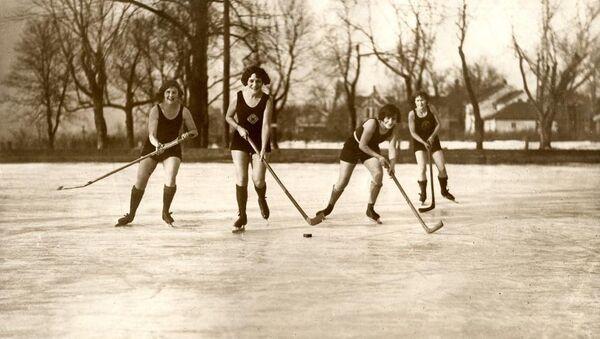 Женский хоккей на люду в купальниках. Миннеаполис, США, 1925 год. Архивное фото - Sputnik Արմենիա