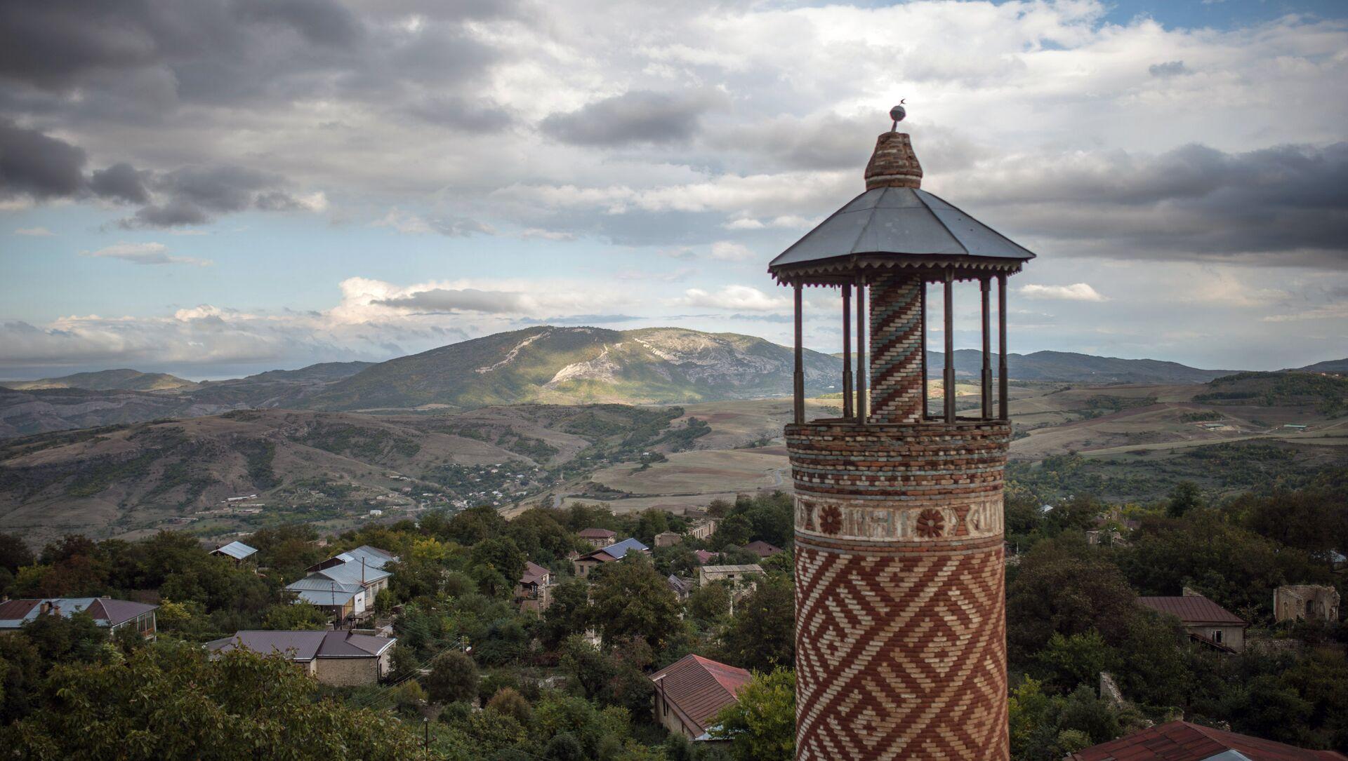 Минарет мечети, пострадавшей в ходе войны, в городе Шуши, Нагорный Карабах. - Sputnik Արմենիա, 1920, 29.07.2021