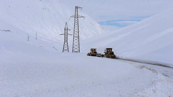 Спецмашины расчищают дорогу на Ларсе - Sputnik Армения