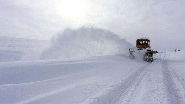 Снегоуборочная машина на отрезке трассы Мцхета Степанцминда Ларс Военно-Грузинская дорога - Sputnik Армения