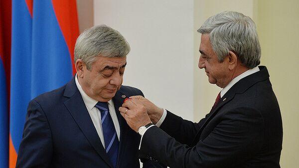 Президент Серж Саргсян награжденает медалью За заслуги перед Отечеством 1-й степени Левона Саргсяна - Sputnik Армения