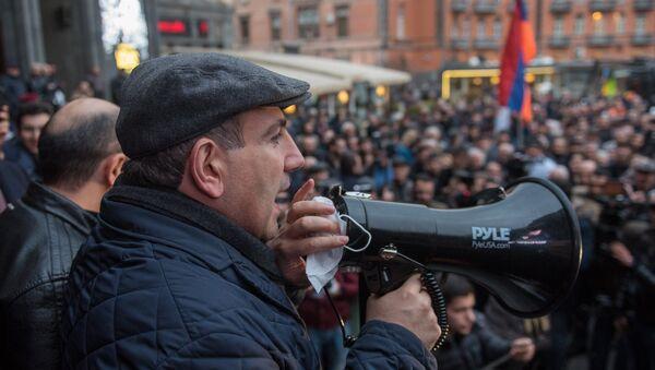 Никол Пашинян во время акции Нет подорожанию - Sputnik Արմենիա
