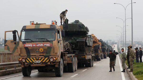 Турецкий военный конвой прибывает на военную базу в приграничном городе Рейханлы неподалеку от турецко-сирийской границы (17 января 2018). Провинция Хатай, Турция - Sputnik Армения
