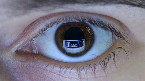 Отражение страницы социальной сети Фейсбук в глазу. - Sputnik Արմենիա