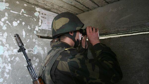 Военнослужащий армии Нагорного Карабаха ведет наблюдение за противником. - Sputnik Արմենիա