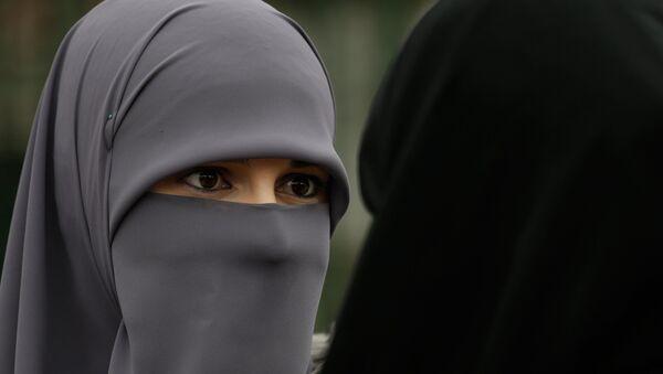Женщина в хиджабе - Sputnik Армения