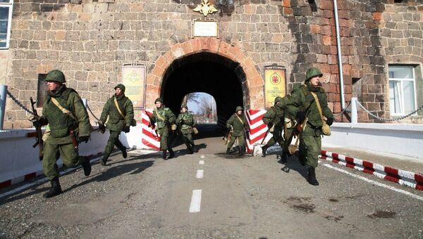 В Армении военнослужащие отразили атаку на штаб военной базы ЮВО условной диверсионной группы. - Sputnik Արմենիա