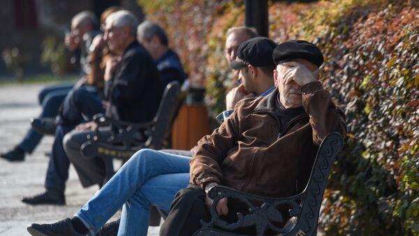 Пожилые люди тоже наслаждаются выходными, греются под ярким осенним солнцем - Sputnik Армения