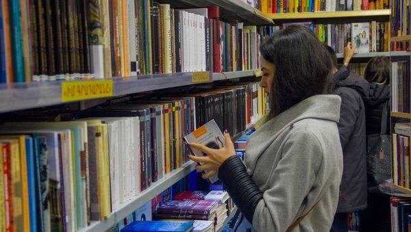 Посетитель книжного магазина Букинист - Sputnik Армения