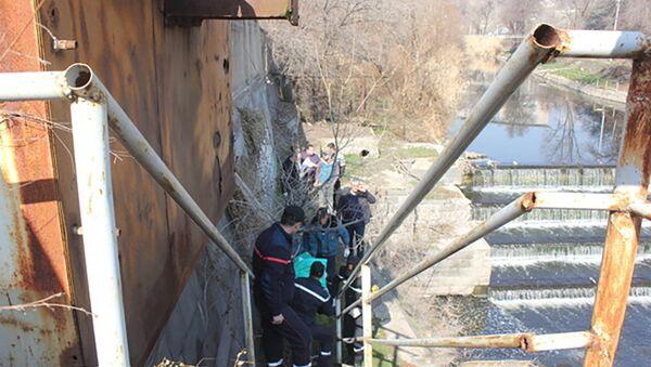 Сотрудники МЧС РА вынимают труп, найденный в Разданском ущелье - Sputnik Արմենիա