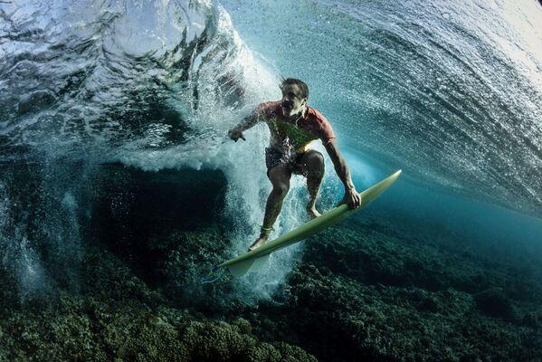 Portrait անվանակարգում երրորդ տեղը զբաղեցրած ամերիկացի լուսանկարիչ Rodney Bursiel–ի «Under The Wave» լուսանկարը։ - Sputnik Արմենիա