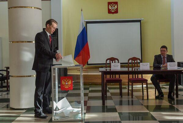 Ընտրական տեղամաս No 8031. Գյումրի, ՌԴ հյուպատոս Ալեքսանդր Կոպնինը կատարում է իր քաղաքացիական պարտքը - Sputnik Արմենիա