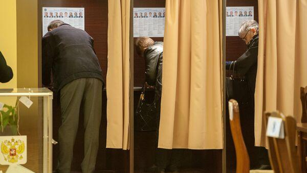 Избиратели в кабинах для голосования на участке No8026, Ереван - Sputnik Արմենիա