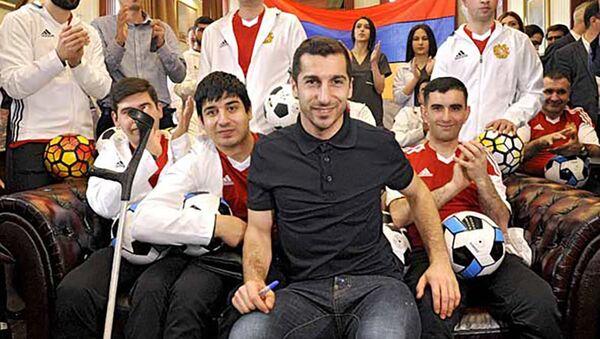 Генрих Мхитарян подарил машину реабилитационному центру Вооруженных сил - Sputnik Армения