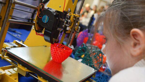Девочка смотрит, как работет 3D-принтер. Архивное фото. - Sputnik Армения