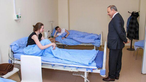 Министр здравоохранения Армении Левон Алтунян посетил пострадавших в результате взрыва в Ереване - Sputnik Արմենիա