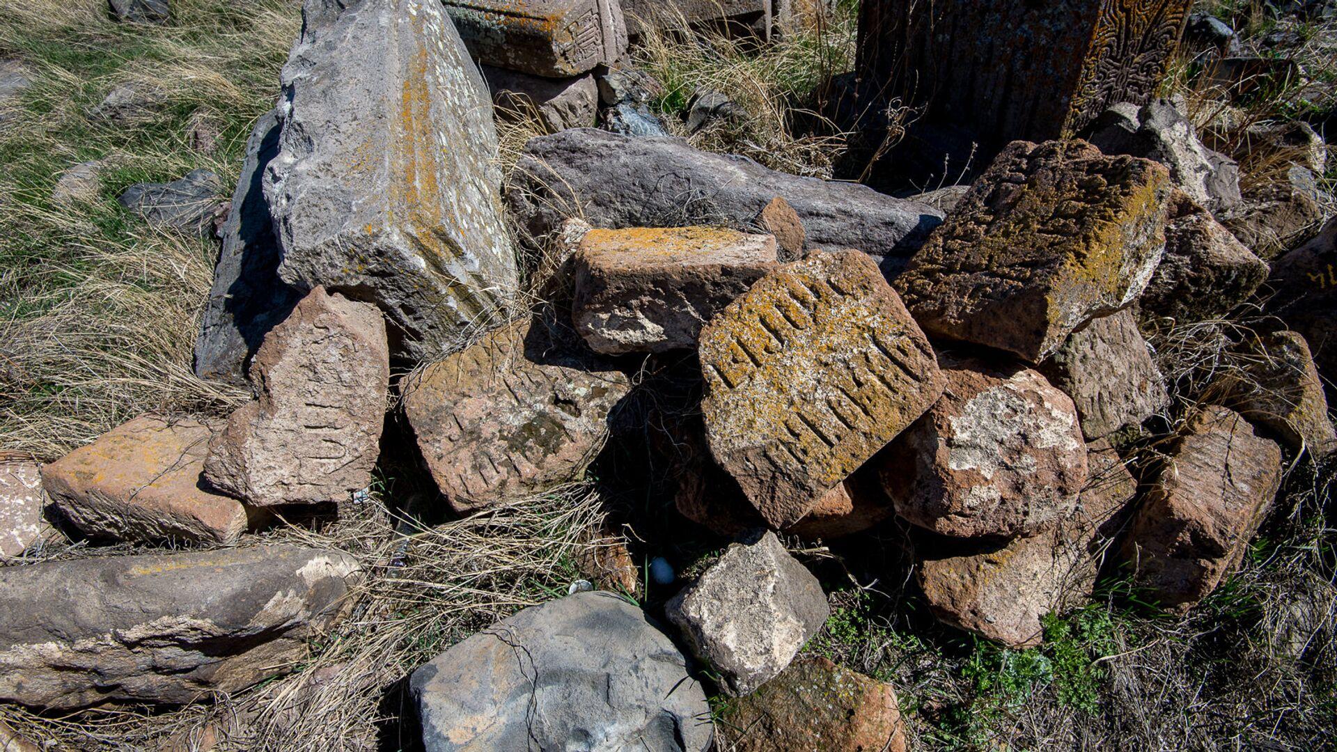 Хачкары и надгробные плиты в селе Неркин Геташен - Sputnik Армения, 1920, 26.09.2021