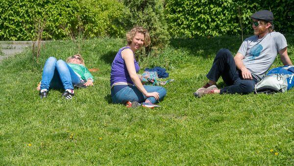 Туристы отдыхают на газоне - Sputnik Արմենիա