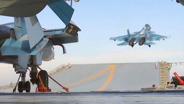 Корабельный истребитель Су-33 ВКС РФ во время взлета с палубы тяжёлого авианесущего крейсера Адмирал Кузнецов - Sputnik Армения
