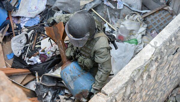 Саперы Международного противоминного центра ВС РФ осматривают разрушенные здания в Алеппо - Sputnik Армения