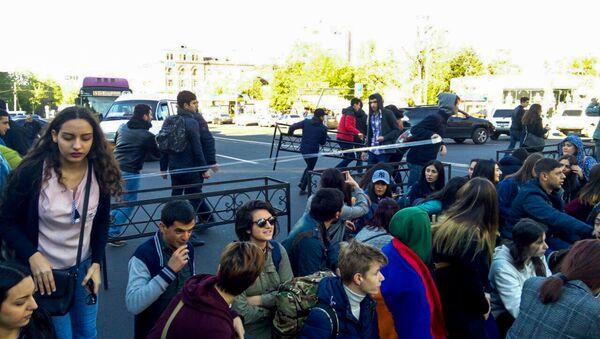 Активисты акции протеста Мой Шаг начали блокировать движение в центре города (16 апреля 2018). Улица Абовяна, Ереван - Sputnik Արմենիա
