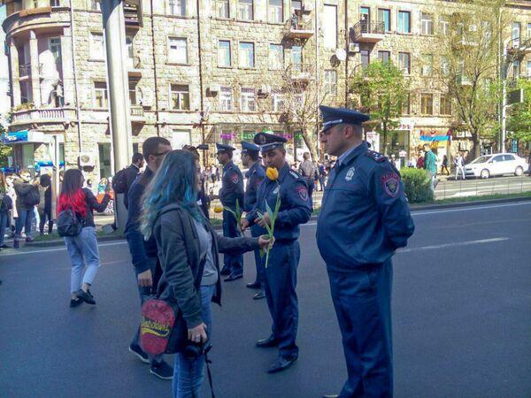 Աբովյան փողոցում ոստիկաները կանխում են ցուցարարների առաջխաղացումը - Sputnik Արմենիա