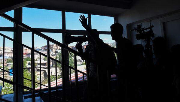 Նիկոլ Փաշինյանը Հայաստանի պետական համալսարանի շենքում - Sputnik Արմենիա