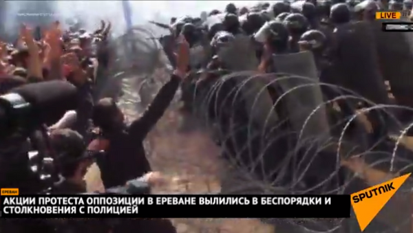 Акции протеста оппозиции в Ереване вылились в беспорядки и столкновения с полицией - Sputnik Արմենիա