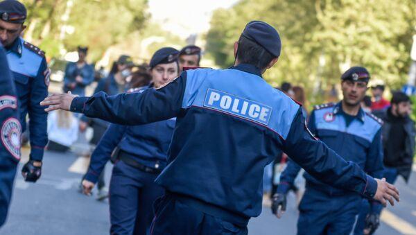 Полицейские идут всед за активистами по проспекту Саят-Нова (17 апреля 2018). Ереван - Sputnik Армения