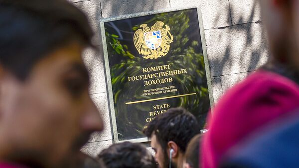 Активисты заблокировали вход в здание Комитета гос.доходов (17 апреля 2018). Ереван - Sputnik Արմենիա